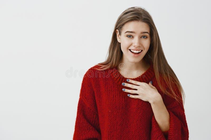Женщина смеясь над над топорным парнем который пробуя спросить ей вне Крытая съемка радостной привлекательной популярной девушки  стоковая фотография rf