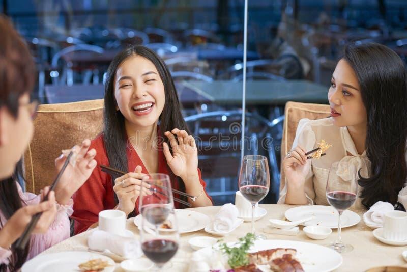 Женщина смеясь на хорошей шутке стоковая фотография rf
