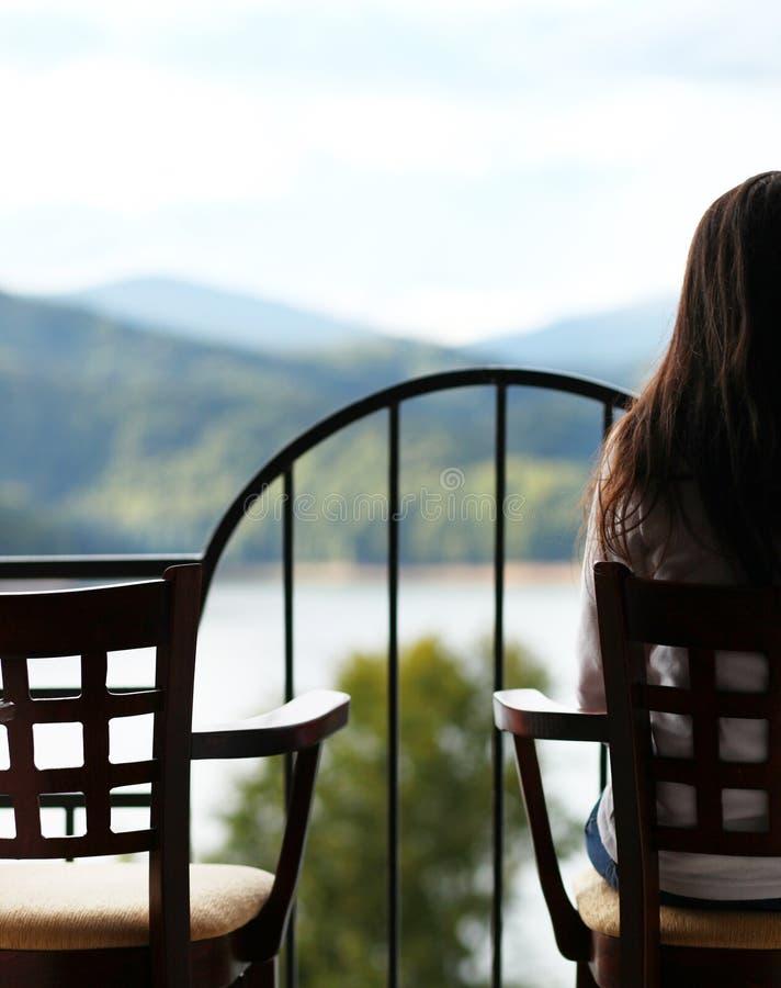 Женщина смотря в горизонте стоковая фотография rf