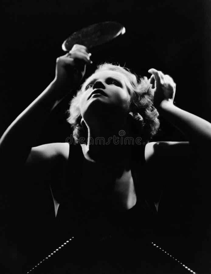 Женщина смотря в зеркале руки стоковое изображение rf