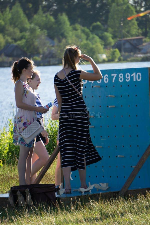 Женщина смотря в маленькую девочку расстояния Россия Berezniki 21-ое июля 2018 стоковое фото
