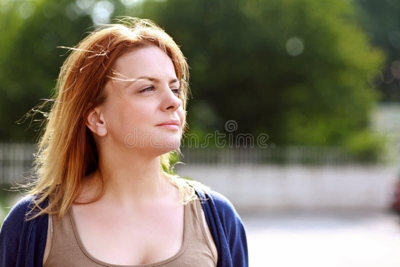Женщина смотря в расстояние стоковые изображения rf