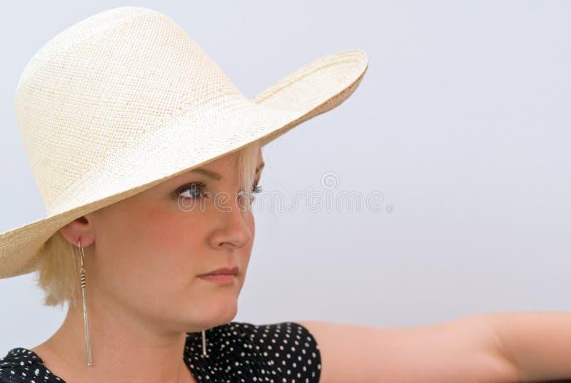 Женщина смотря в шляпе стоковая фотография rf