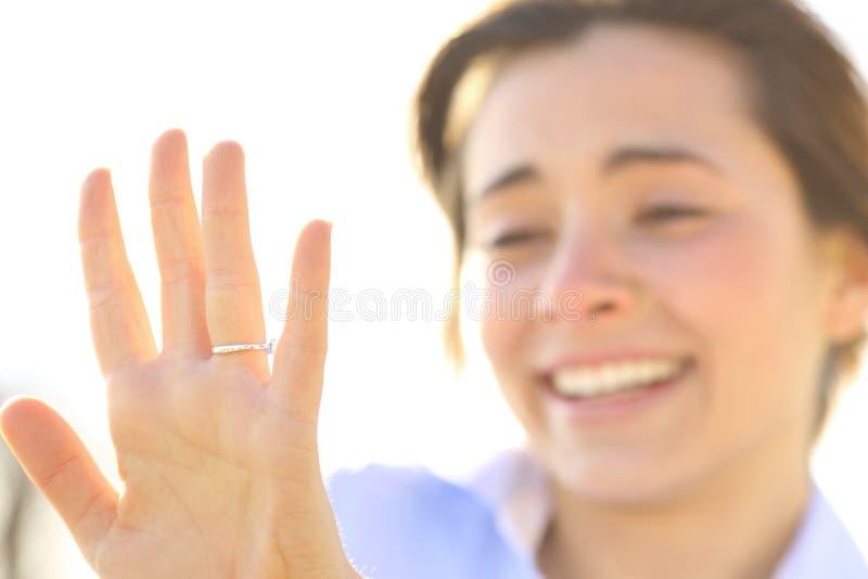 Женщина смотря обручальное кольцо после предложения стоковая фотография rf