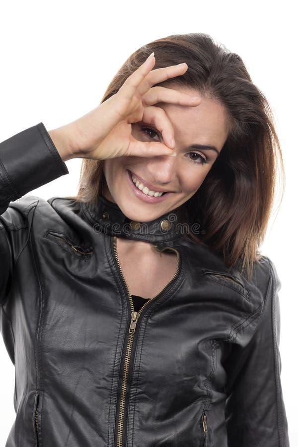 Женщина смотря через отверстие от пальцев стоковые фотографии rf