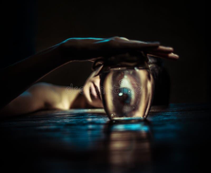 Женщина смотря через стекловидный банк стоковое фото rf