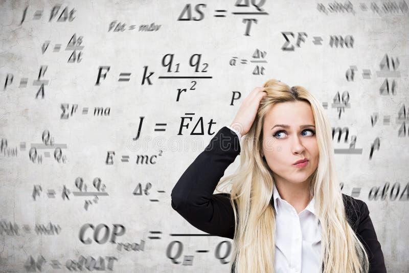 Женщина смущенная формулами стоковое фото