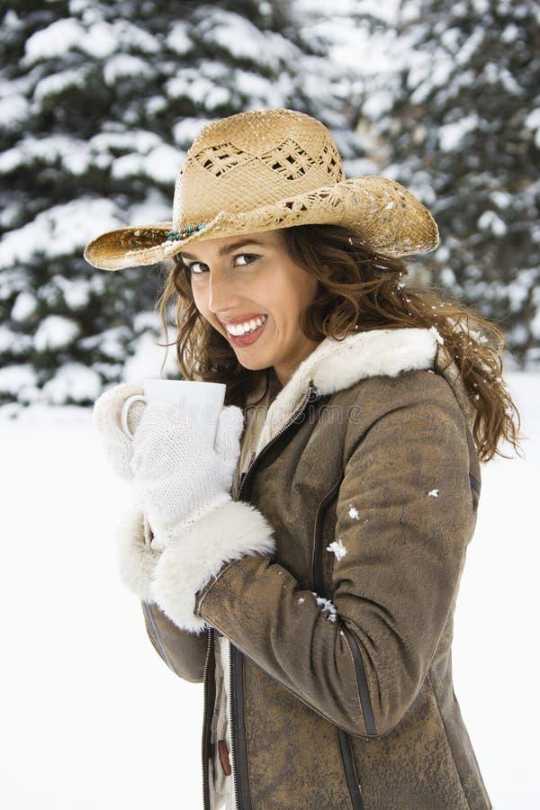 женщина снежка удерживания кофе стоковые фото