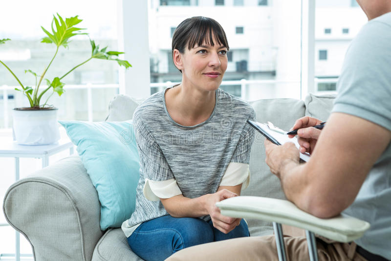 Женщина советуя с терапевтом стоковые фотографии rf