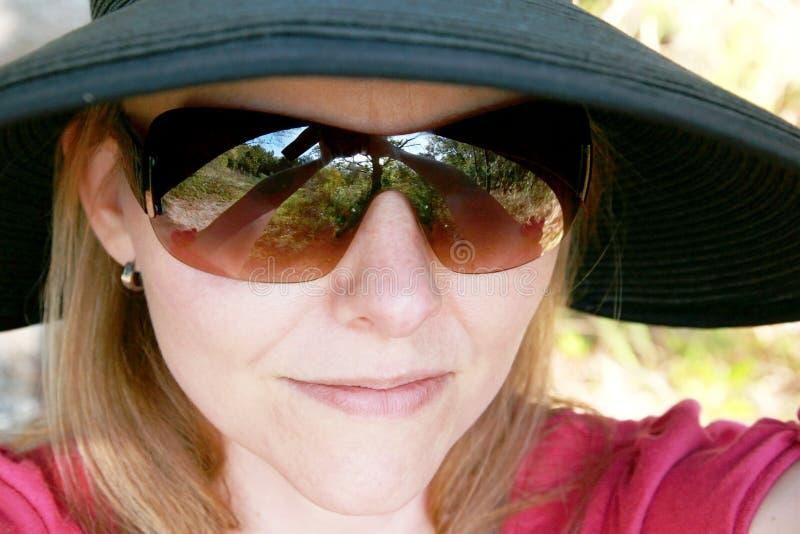 женщина солнечных очков шлема стоковая фотография