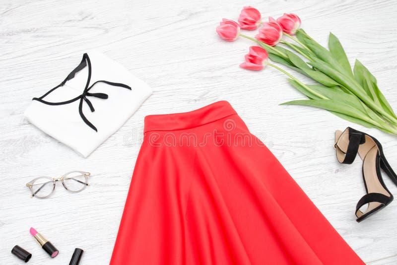 женщина состава способа стороны принципиальной схемы красотки голубая яркая Красная юбка, блузка, солнечные очки, губная помада,  стоковое изображение rf