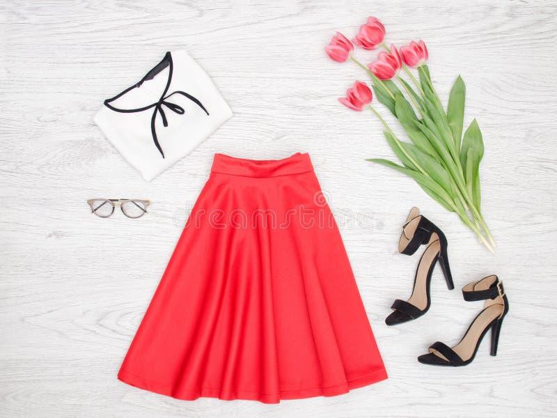 женщина состава способа стороны принципиальной схемы красотки голубая яркая Красная юбка, блузка, стекла, черные ботинки и штырь стоковые фотографии rf