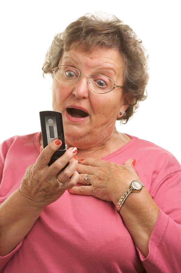 женщина сотового телефона старшая texting стоковое изображение rf