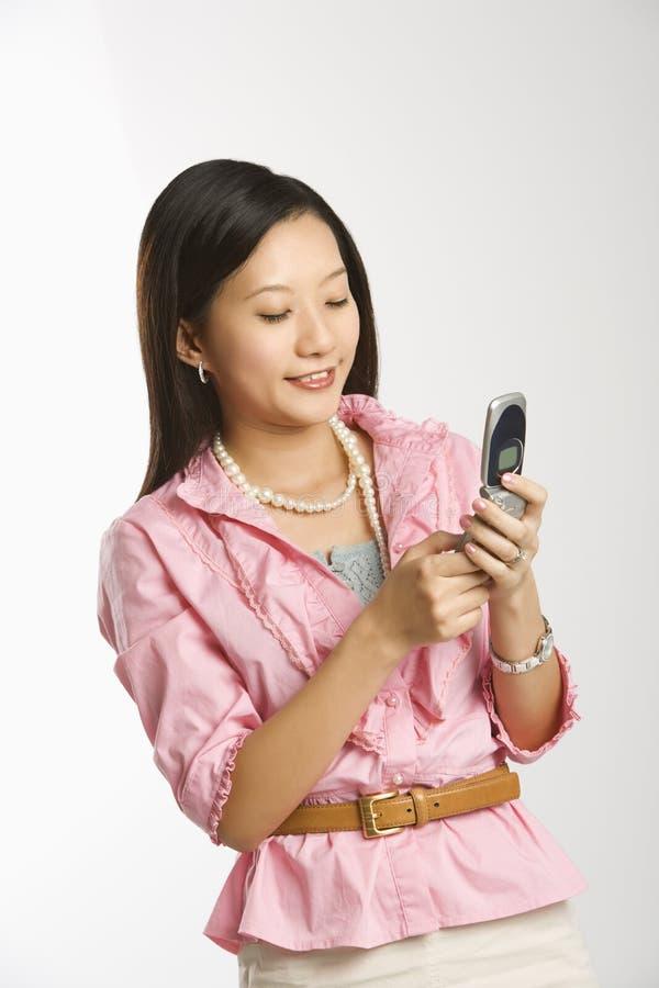 женщина сотового телефона стоковое изображение rf