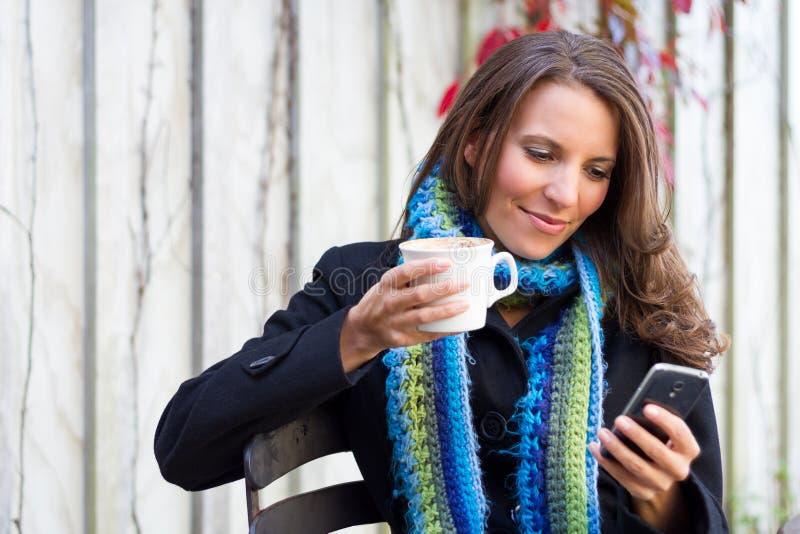женщина сотового телефона стоковое изображение