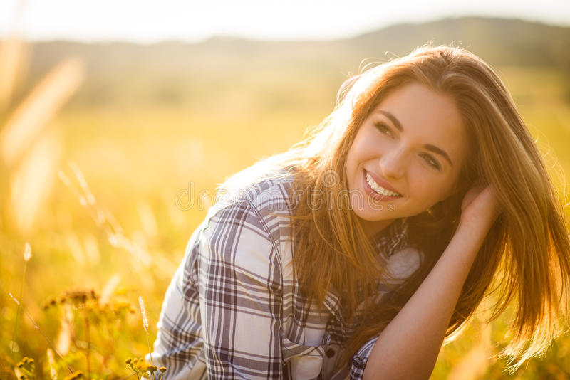 Женщина - солнечный портрет природы стоковые фотографии rf