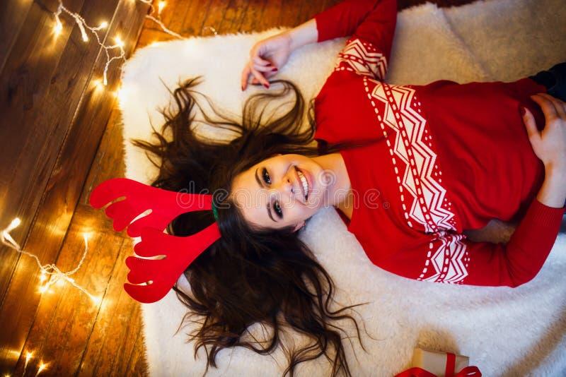 Женщина со светами и настоящими моментами рождества лежа на поле С Рождеством Христовым и с новым годом стоковые изображения