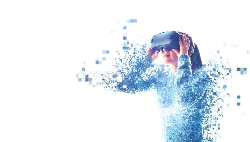 Женщина со стеклами VR стоковые изображения