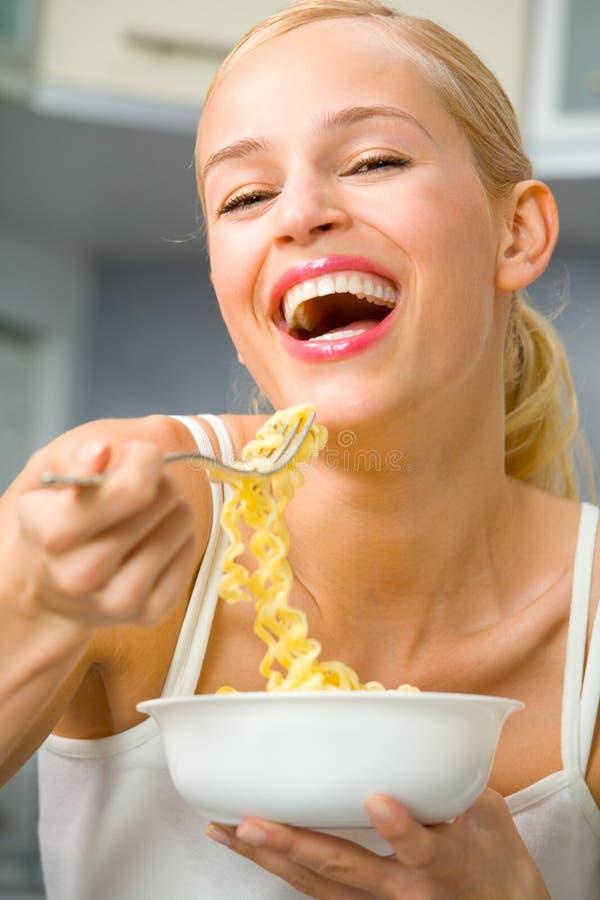 женщина спагетти плиты стоковые фото