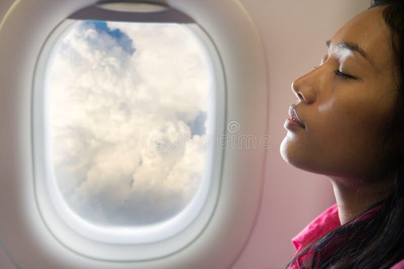 Женщина спать на самолете воздуха стоковое фото rf