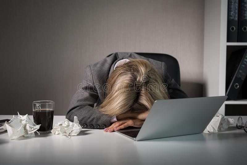 Женщина спать перед компьютером в офисе стоковые фотографии rf