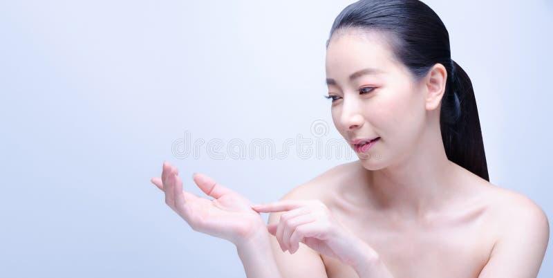 Женщина спа красоты азиатская с идеальным портретом кожи Красивая японская девушка спа показывая пустой космос экземпляра на откр стоковое изображение