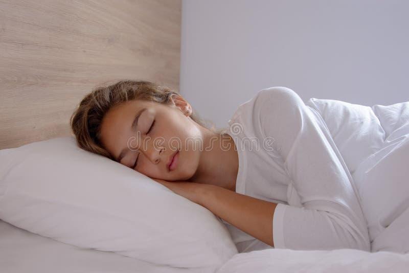Женщина спит в спальне стоковые фотографии rf