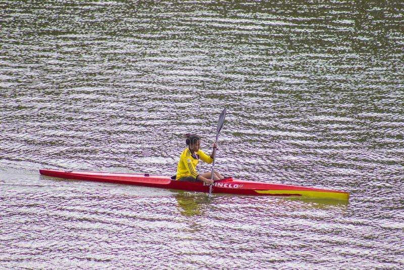 Женщина сплавляясь на каяке самостоятельно Kayaker, наслаждается стоковые фотографии rf