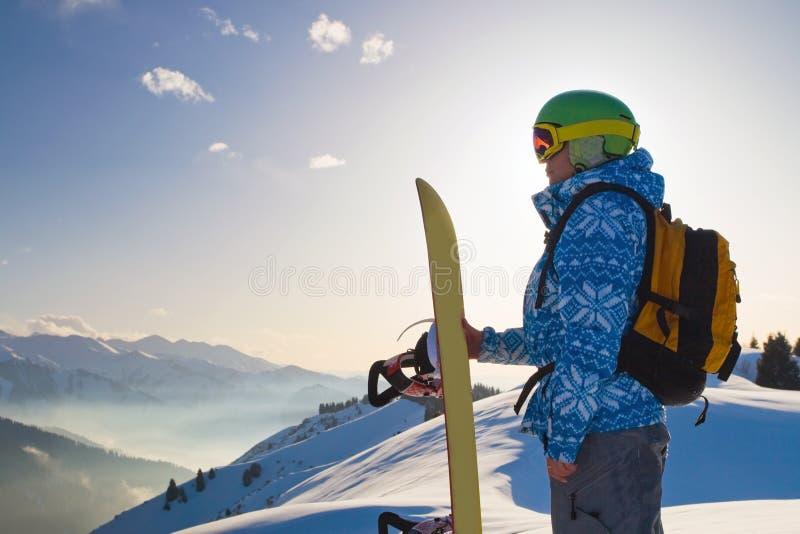 Женщина спорта в снежных горах стоковое изображение rf