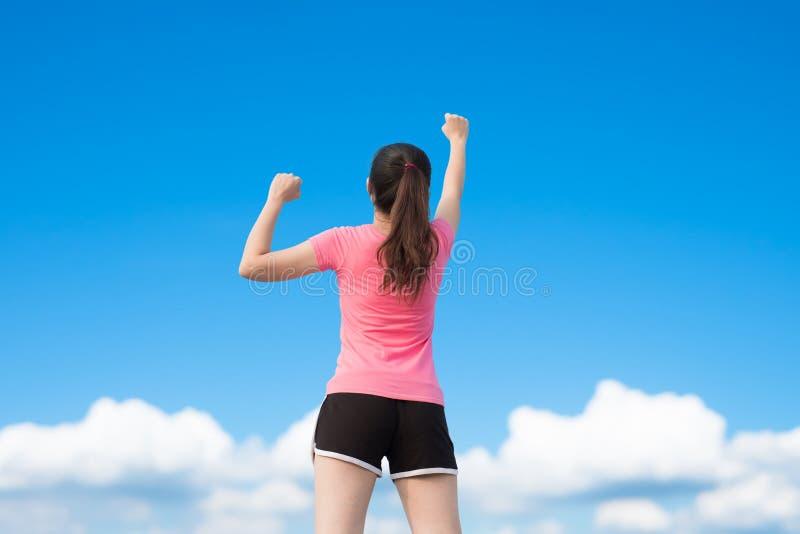 Женщина спорта делает кулак стоковые фотографии rf