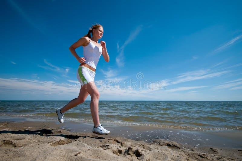 женщина спорта моря свободного полета идущая стоковая фотография