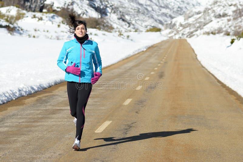 Женщина спорта работая на зиме стоковое изображение