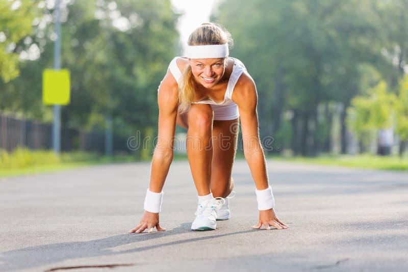 Download Женщина спорта стоковое изображение. изображение насчитывающей девушка - 41651339