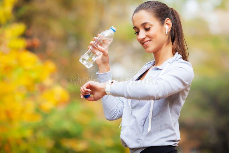 Женщина спорт после тренировок спорт в городской среде стоковое фото