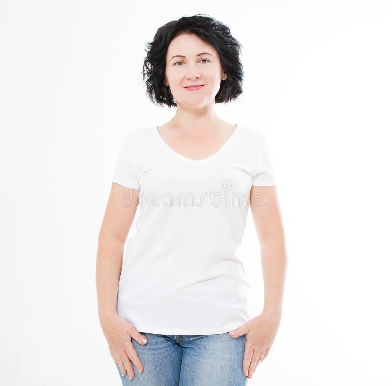 Женщина среднего возраста в футболке на белой предпосылке Насмешка вверх для дизайна скопируйте космос шаблон уговариваний стоковое изображение