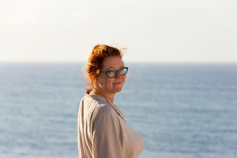 Женщина среднего времени красная головная стоковая фотография