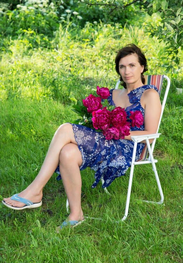 Женщина средних лет с цветками стоковое фото rf