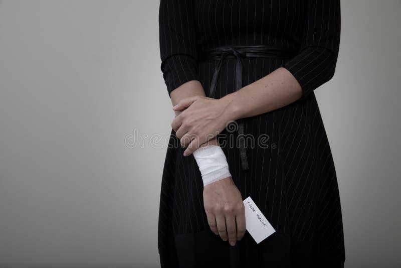 Женщина среднего возраста показывая ее перевязанное запястье руки стоковое фото