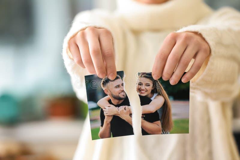 Женщина срывая вверх фото счастливых пар, крупного плана Концепция развода стоковые изображения
