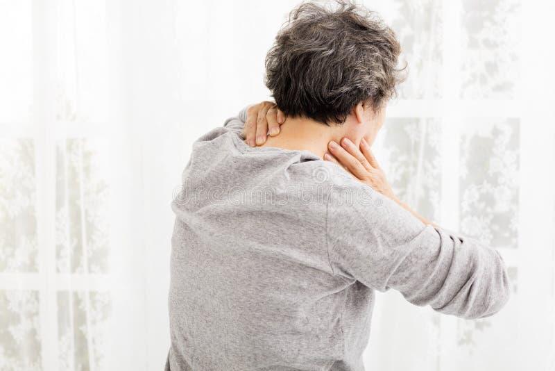 женщина старшия боли шеи стоковое фото rf