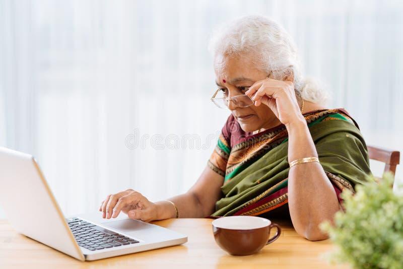 женщина старшия компьтер-книжки стоковые фото