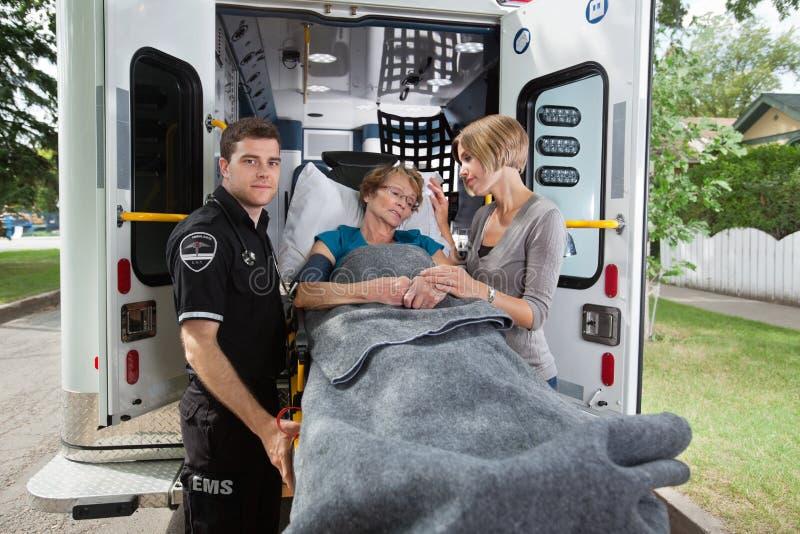 женщина старшия машины скорой помощи стоковое фото rf