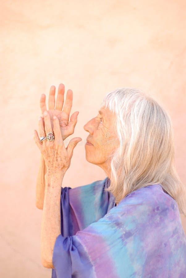 женщина старшия молитве стоковое изображение rf