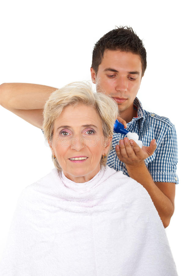 женщина старшия салона hairstylist волос стоковые фотографии rf