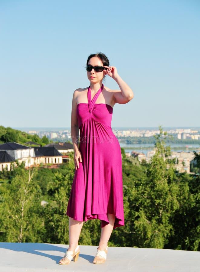 Женщина стоит на краю крыши стоковое изображение