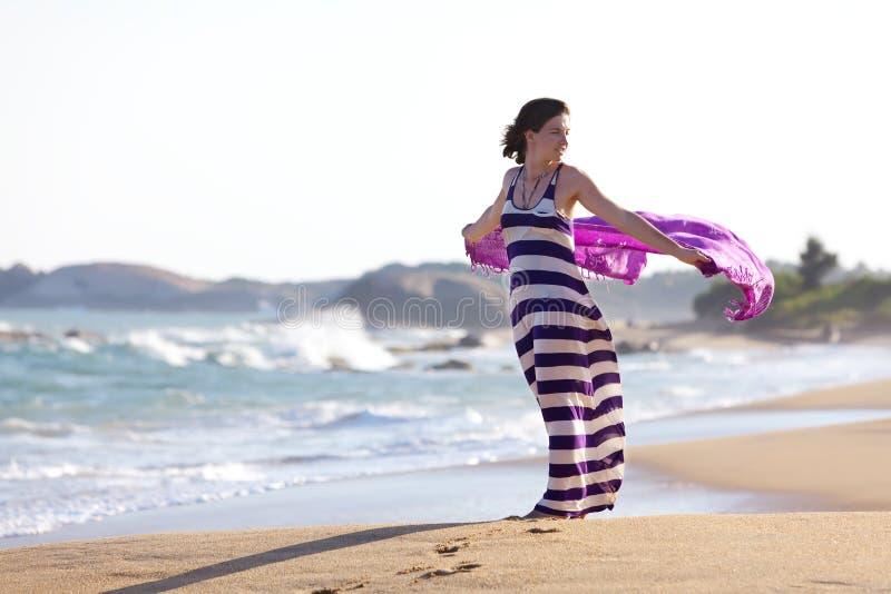 Женщина стоит на seashore стоковое изображение