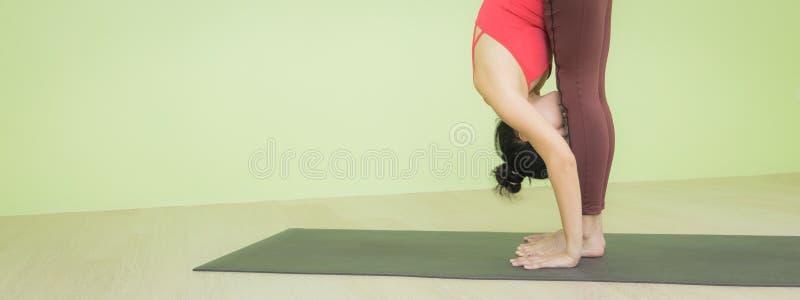 Женщина, стоящая вперед, позирует йогу стоковые изображения rf