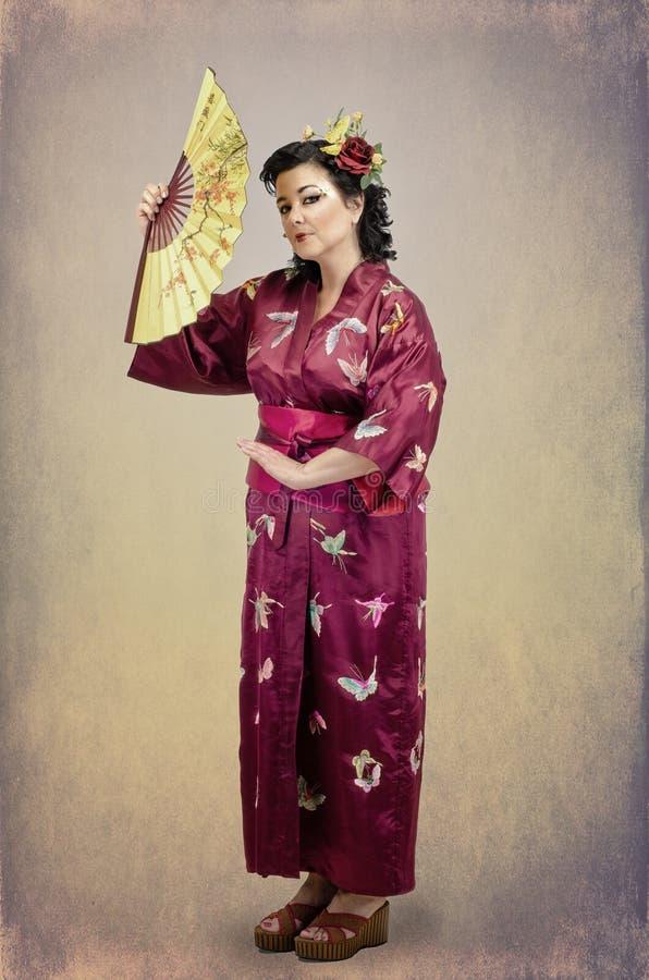 Download Женщина стоя в традиционных национальных дальневосточных одеждах с Стоковое Изображение - изображение насчитывающей платье, традиционно: 41658853