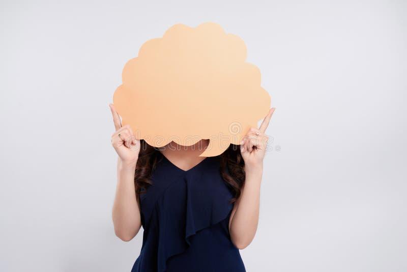 Женщина стоя и держа пустой пузырь речи стоковая фотография rf