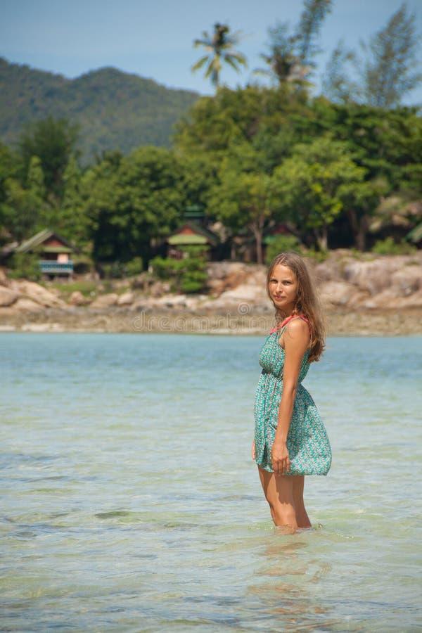 Download Женщина стоя колен-глубокий в воде Стоковое Фото - изображение насчитывающей удовольствие, отдых: 41651012